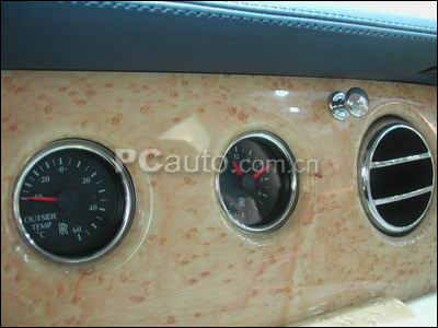 中控台正上方是车外温度计以及时钟 劳斯莱斯 高清图片