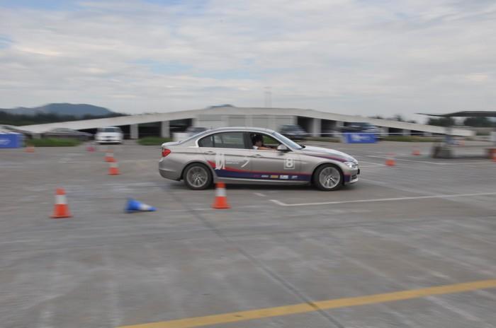 古有飞将驾良驹,今有英雄驭宝马。台州好德宝 MISSION行动于6月16日在路桥金泉农庄燃起烽烟,活动吸引众多台州爱车英雄倾情加入,共同演绎一场速度与激情的BMW3系视觉盛宴!在活动进行期间,华晨宝马将为活动报名参与者专门推出全新BMW3系两种轴距的3行动特别版车型,全球限量仅200辆。  2013BMW 3行动的主题是三人行ž悦动时刻。全新策划并精心安排的富于激情趣味的答题和竞技项目,以及全新一代BMW 3系作为全程比赛用车都将强调独一无二的分享主题,鼓励选手们参与、团队合作